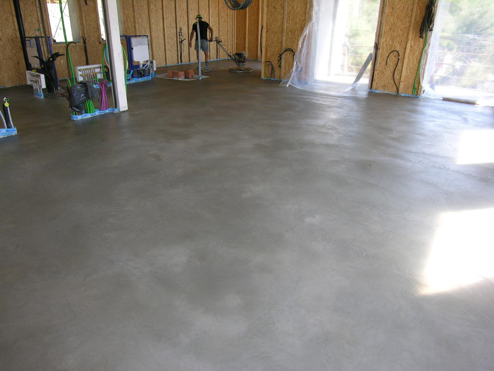 Pavimento in cemento lisciato al quarzo – Semplice e comfort in una casa di famiglia